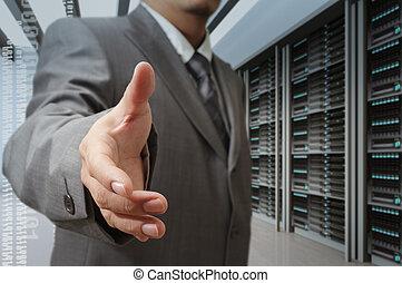 Los empresarios ofrecen una mano estrecha en un centro de datos tecnológico