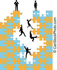 Los empresarios suben al rompecabezas de éxito corporativo