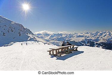 Los esquiadores se relajan en el piste