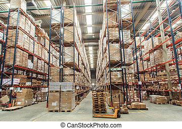 Los estantes del almacén con bienes