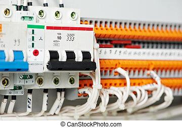 Los fusibles eléctricos y los interruptores de las líneas eléctricas