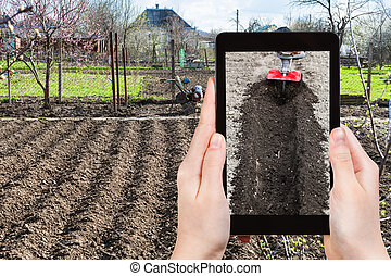 Los granjeros fotografian el arado del jardín