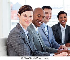 Los grupos de negocios muestran diversidad étnica en una reunión
