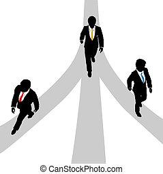 Los hombres de negocios caminan en picado por tres caminos