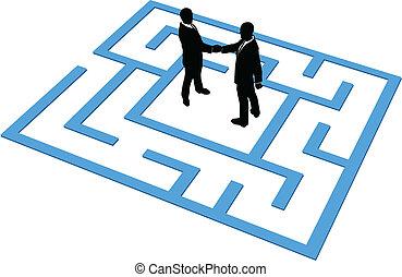 Los hombres de negocios encuentran conexión en el laberinto