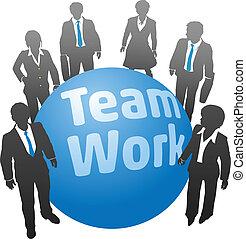 Los hombres de negocios trabajan en el equipo