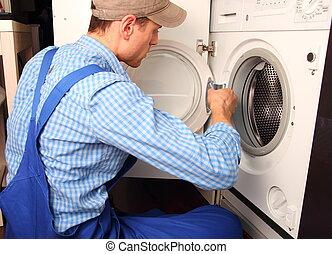 Los jóvenes artesanos reparando lavandera