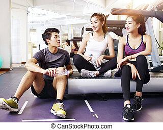 Los jóvenes asiáticos hablan en el gimnasio
