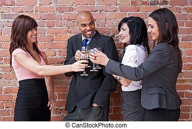Los jóvenes beben vino y se divierten