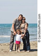 Los jóvenes felices se divierten en la playa