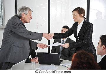 Los líderes de los negocios felices toman la mano en la reunión