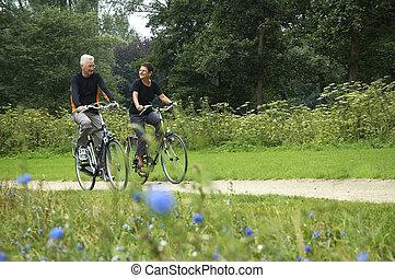 Los mayores van en bicicleta