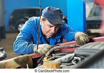 Los mecánicos diagnostican problemas de automotor