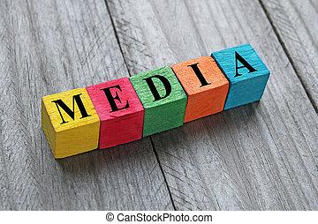 Los medios de comunicación sobre cubos de madera coloridos