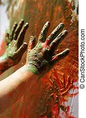 Los niños artistas pintan de color