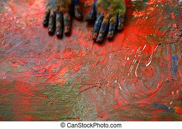 Los niños artistas pintan varios colores