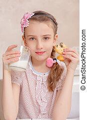 Los niños beben leche y galletas