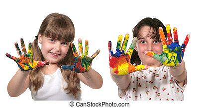 Los niños de la escuela felices pintando con las manos