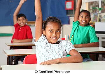 Los niños de la escuela se armaron en clase