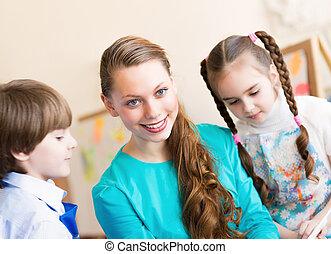 Los niños dibujan con el maestro