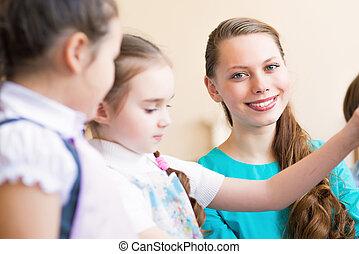 Los niños dibujan con la maestra