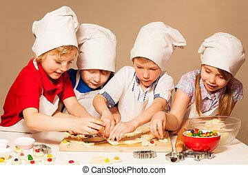 Los panaderos se divierten haciendo galletas rellenas de dulces