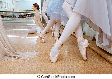 Los pies de cerca de las jóvenes bailarinas con zapatos de punta