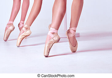 Los pies de una joven bailarina con zapatos de punta
