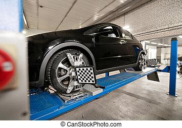 Los sensores de la cuadrícula fijan mecánico en automático. Car stand con ruedas de sensores para el registro de camber de alineación en el taller de la estación de servicio.