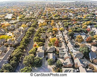 Los suburbios urbanos de Dallas durante la temporada de otoño con C