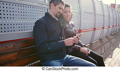 Los turistas esperan el tren en la plataforma
