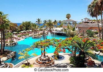 Los turistas que disfrutan sus vacaciones en un hotel de lujo el 31 de mayo de 2011 en Tenerife, España. En el año 2011 todas las playas de España mantenían su estatus de bandera azul.