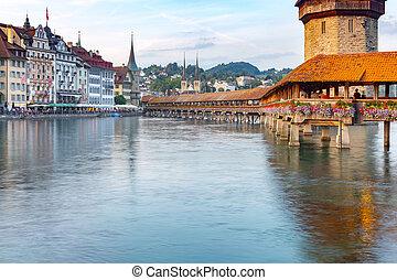 Lucerna. La famosa Capilla, puente Kapellbrucke al amanecer en la luz nocturna.