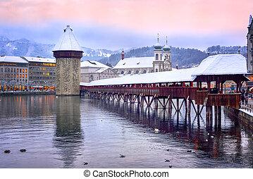 Lucerne, Suiza, Chapel Bridge, Water Tower y Jesuita en una noche de invierno