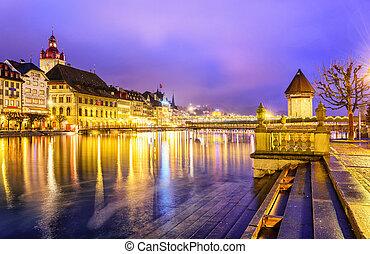 Lucerne, Suiza. Visto el río Reuss a la vieja ciudad y la torre de agua por la noche.