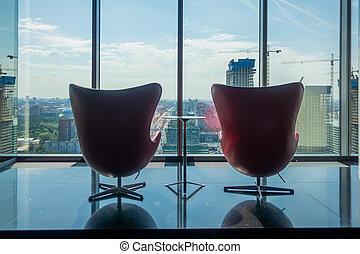 Lugar de encuentro para los mejores gerentes en el último piso de una oficina corporativa