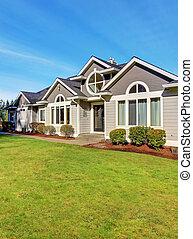 Lujo casa noroeste con césped grande.