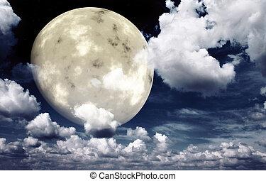 Luna brillante en el cielo nocturno
