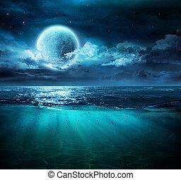 Luna en el mar en la noche mágica con escenas submarinas