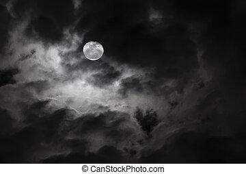 Luna llena de miedo y nubes blancas