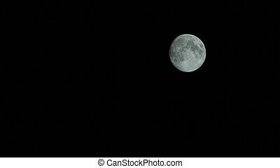 Luna llena en una noche clara