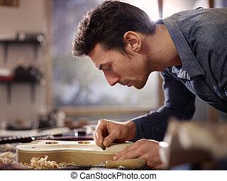 lutemaker, taller, artesano, trabajando, italiano