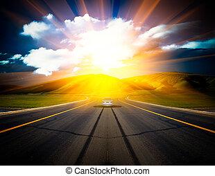 Luz solar sobre la carretera.