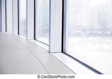 Luz vacía, gran salón con ventanas de vidrio