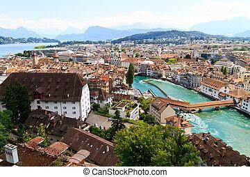 Luzern City ve desde los muros de la ciudad con reuss, Suiza
