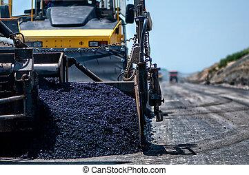 Máquina de pavimento industrial colocando asfalto fresco