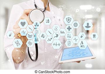 Médico trabajando con la computadora moderna interfaz virtual. EMR, EHR, registros de salud electrónicos.