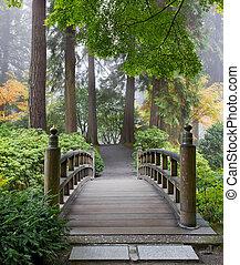Mañana nublada en el puente de madera del jardín japonés