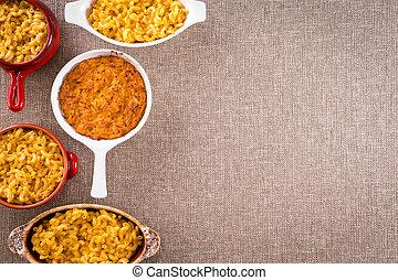 Macarrones de queso con espacio de copia a la derecha