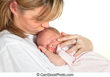 Madre besando a bebé
